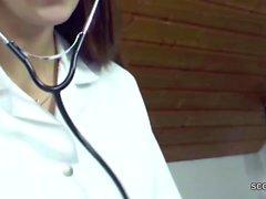 Geile Krankenschwester hiflt Patienten mit einem Handjob