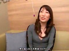 Japanische MILF spielt mit Spielzeug und Schwanz