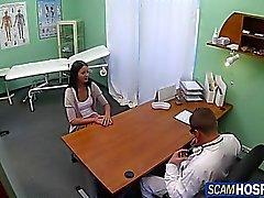 Sexy Brünette vom Doktor gebumst
