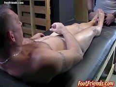 Франко гладит его член на Russ ноги и дает ему минет