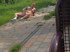 Kuumat kaveri jerking alastomia julkisesti parkkeeraa kirkkaassa päivänvalossa