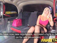 Faux Taxi Sexy blonde en short serré en jean