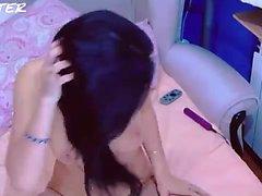 Pink Pussy Busty Babe genießt Solo Spaß mit ihren weichen Fingern