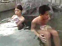 esposa japonesa Lustful com peitos perky é pego duro por