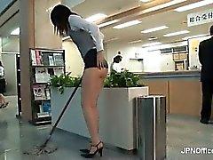 Nasty Asiatisches Schätzchen ist die Reinigung der Büro part3