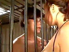 Busty de fille coq sucer à la bouche Sperme Cracher Aux Enormes Donner des Pied pour la 2ème de Guy Cock frotter avec des mésanges pour la 3e Cum To seins dans la prison