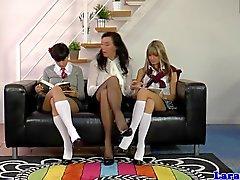 Ältere Lehrerin mit Schulmädchen in der Trio