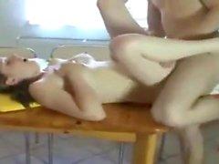 sexo sobre la mesa de la cocina