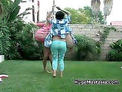 Sexy babes à pied en plein air montrant au large partie4