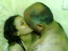 homme âgé baiser un jeune fille