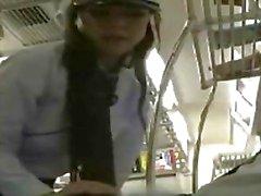 La police japonaise femmes donnent Pipe Public avec éjaculation sur les son visage de beauté