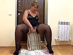 Mujer gorda pissing, de cerca