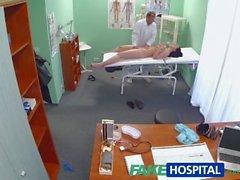 FakeHospital Hot babe doktorunun göğüslerini emmesini istiyor