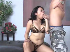 Största asiatiska ansiktsbehov någonsin? Little Asian Gets Cummed On
