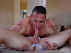 NextDoorStudios BIG Dick Daddy paga Muscle Boy con Raw Anal