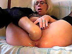 Granny fucks her fist when there is no cock around