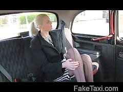 Prachtige blonde in seks omkopen in taxi