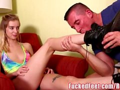 Tall Blonde Teen Haley Reed ger mjuk footjob med fötter!
