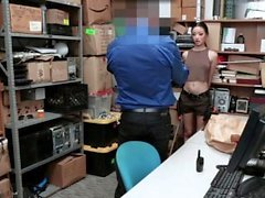 ShopLyfter - Hot Mixed Teen von Security Guard gefickt