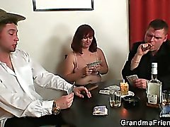 Strip poker leva ao threesome