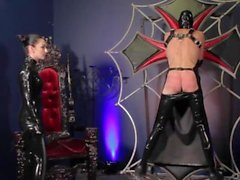 Elbow Tiefe doppelte Fisting & Strap-On Mistress' Rubber Whipping Slave